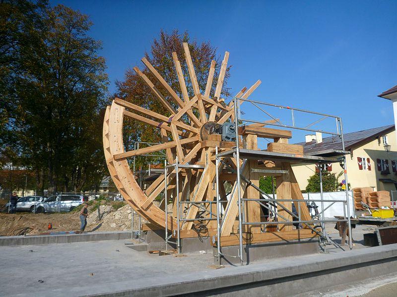 Der Zusammenbau des 6 Meter hohen Wasserrades war kräftezehrende Handarbeit