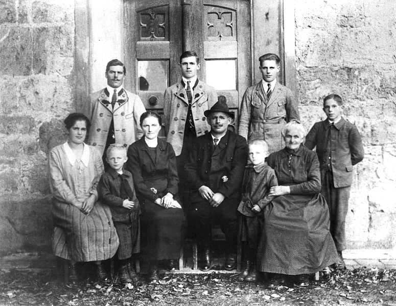 Mein Großvater Franz Xaver Strobl im Kreis seiner Familie. Er war der vorletzte Brunnwart im Brunnhaus Bergham bei Bernau am Chiemsee.