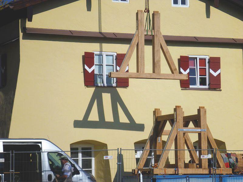 Anlieferung der Einzelteile für die Rekonstruktion der historischen Solehebemaschine.