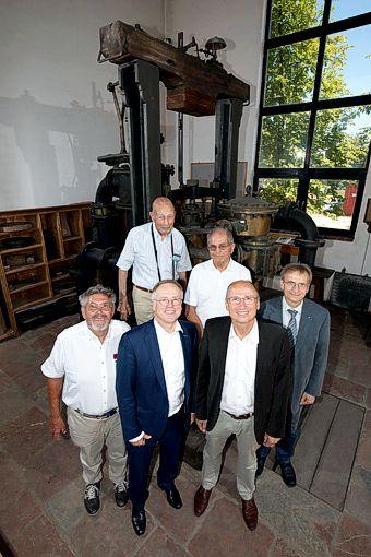 Die erste Besichtigung der Reichenbachmaschine im Chemiewerk Gendorf. In Bildmitte Dr. Bernhard Langhammer neben OB Christian Kegel und Richard Kraft.